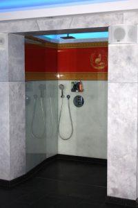 wandgestaltung-hinter-glas-duschnische