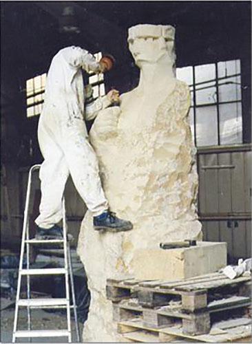 entstehung-einer-stein-skulptur-arbeitsprozess