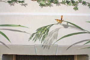 fassade-gestaltung-detail-mit-vogel-und-raupe