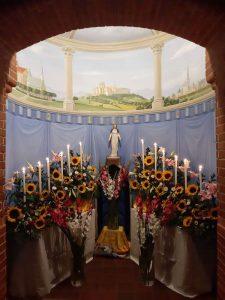 marienfigur-in-der-ausgemalten-kapelle-im-institut-st-philipp-neri